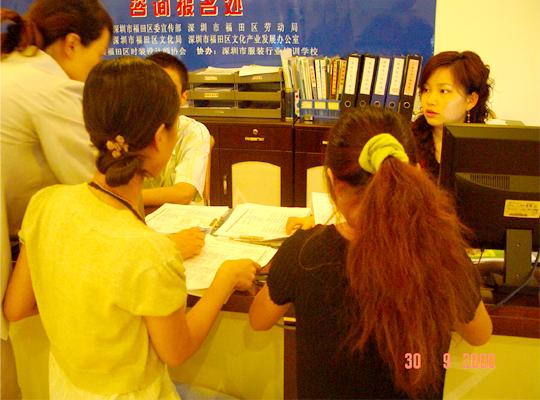 接受来自深圳服装企业的服装设计师和服装院校学生近二百余人报名参赛